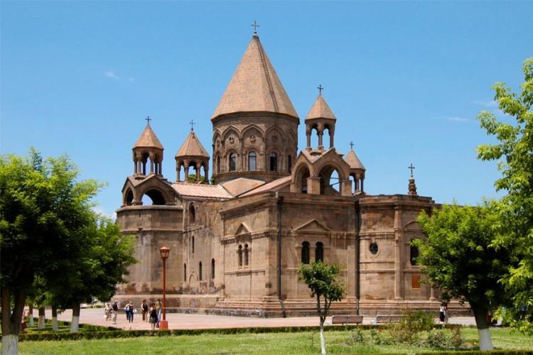De Kathedraal van Etsjmiadzin, gelegen in de gelijknamige Armeense stad, mag zich de oudste van de wereld noemen. Ze werd gebouwd uit hout tussen 301 en 303 door Gregorius de Verlichter. In 618 werd dat materiaal vervangen door stenen, eveneens de kern van de huidige kathedraal. © Wikimedia Commons