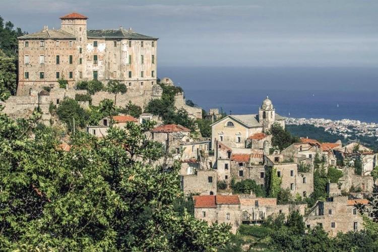 Balestrino, in de Italiaanse regio Ligurië, bestaat uit een oud historisch gedeelte gebouwd op een heuvel en een nieuw deel in het dal. Het oude stadsdeel ligt er al sinds 1953 verlaten bij door problemen met het grondwater. In het nieuwe deel beneden wonen momenteel nog zo'n kleine 600 mensen. © Tiziano Caviglia