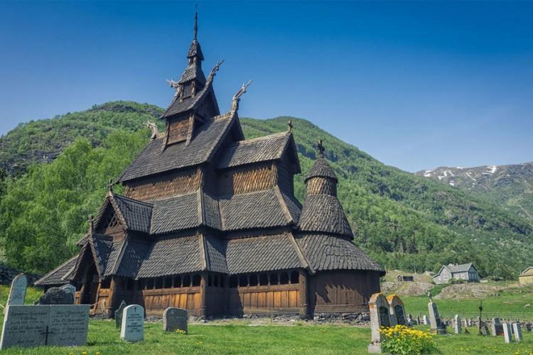 Wie nog een typische Scandinavische staafkerk wil bezoeken, kan dat in Lærdal in het westen van Noorwegen. Genesteld tussen de wilde valleien ligt de Borgund Staafkerk. De donkere houten buitenkant wordt nog versierd met mysterieuze Scandinavische runen uit de 12de eeuw. Binnenin vind je een rustieke mix van balken en gesneden houtwerk. © Marcin Rusak