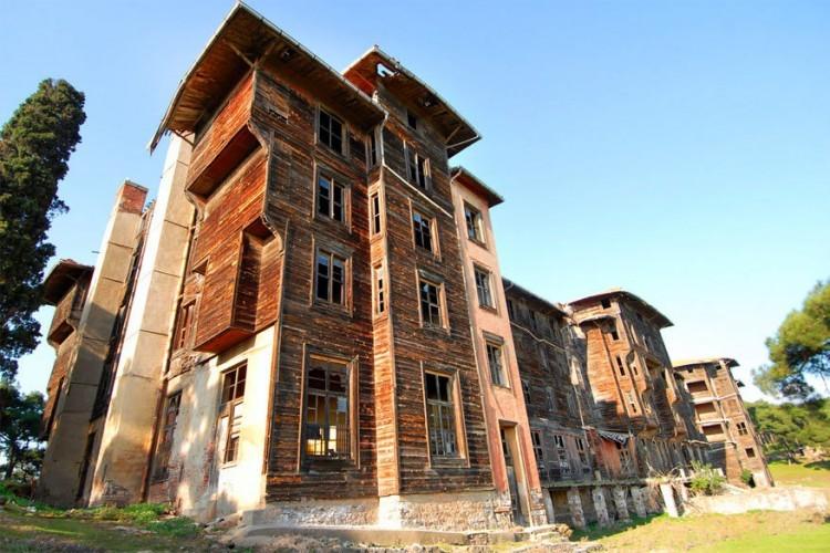 Het weeshuis op Büyükada, het grootste van de negen Turkse Prinseneilanden voor de kust van Istanbul, is een van de grootste houten constructies ooit gebouwd. In 1898 moest het een hotel worden, maar dat plan ging niet door omdat de nodige vergunningen niet in orde geraakten. Lange tijd gebeurde er niets meer tot een welvarende Griek er een school en weeshuis van maakte. In de jaren 60 raakte het gebouw vervallen en ondertussen staat het gevaarlijk op instorten. © Polat