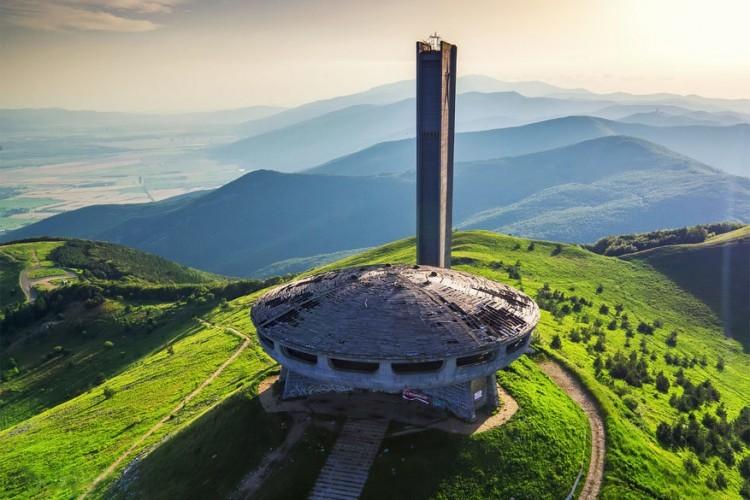 Het Buzludzha Monument op de top van de Balkan in Bulgarije werd gebouwd door het Bulgaarse communistische regime om de gebeurtenissen uit 1891 te herdenken. Toen stichtte politicus Dimitar Blagoev in het geheim de Bulgaarse Sociaaldemocratische Partij, de voorloper van de Bulgaarse Communistische Partij. Het Monument opende in 1981, maar omdat het niet langer door de overheid onderhouden werd, raakte het in onbruik. © Valentin Valkov