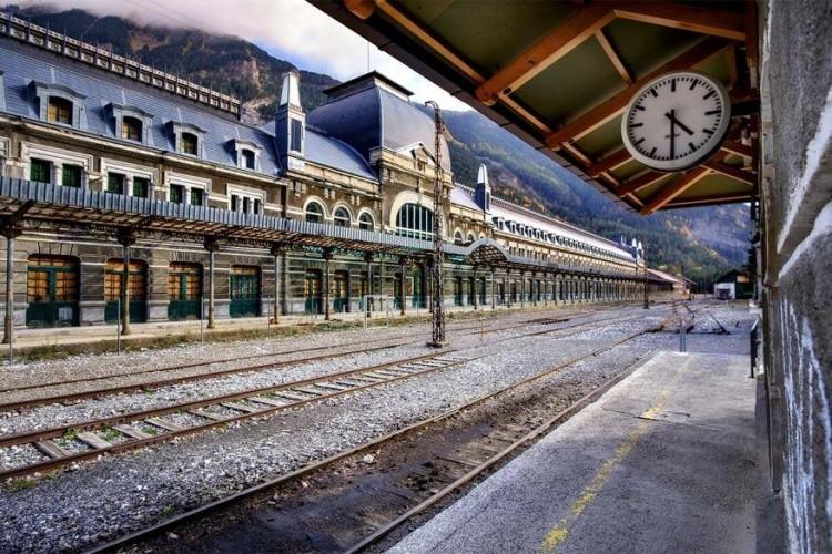 Het station van Canfranc is een voormalig internationaal station gelegen in het gelijknamige dorp in de Spaanse Pyreneeën. In 1970 ontspoorde er een trein die een brug aan de Franse kant van de bergen helemaal verwoeste. De Fransen beslisten om de brug niet te herstellen en zo de grensovergang met Spanje te verbreken. Het hoofdgebouw kreeg enkel een nieuw dak, maar de rest staat er vervallen bij. In de zomermaanden kunnen nieuwsgierige toeristen er een rondleiding krijgen. © Magaga