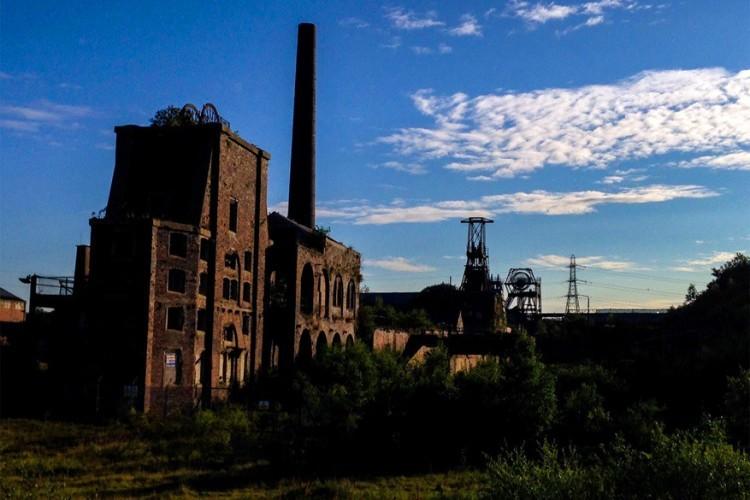 Verlaten koolmijnen zijn makkelijk te vinden in het Verenigd Koninkrijk, zo ook Chatterley Whitfield Colliery in het Engelse Stoke-on-Trent. De mijn was actief van 1863 tot 1974 en produceerde als eerste koolmijn 1 miljoen ton kolen in één jaar. Na de mijnbouw werd het industrieel gebied een museum. Maar als snel moest het de deuren sluiten in 1993 en ligt het er sindsdien verlaten bij. © Helen Kirkham
