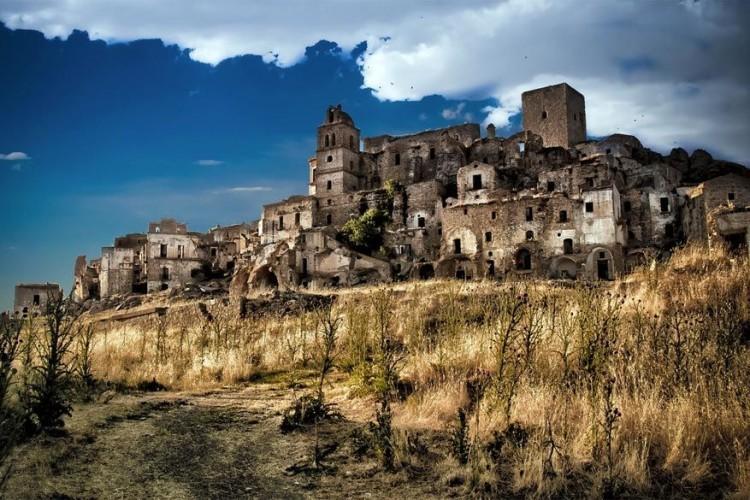 Craco is een spookdorpje in de Italiaanse provincie Matera, in de zuidelijke regio Basilicata. De reden dat de inwoners er wegvluchtten was te wijten aan terugkerende aardverschuivingen. Nu is Craco een plek die erg in trek is bij toeristen en filmmakers. In 2010 werd het dorpje toegevoegd aan de World Monuments Watch List van de Amerikaanse vzw World Monuments Fund. © Paolo Dari