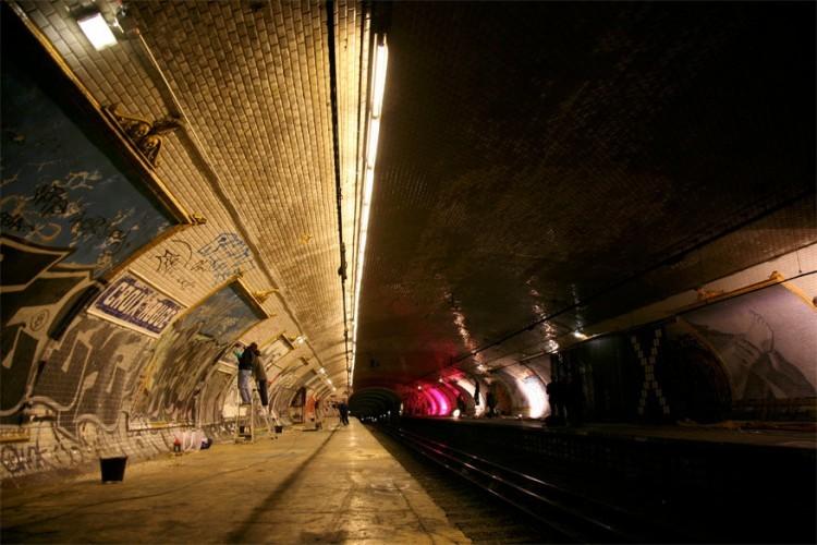Ooit was Croix Rouge het terminus station voor de Parijse metrolijn 10, maar dat heeft niet lang mogen duren. Het werd gebouwd in 1923, maar was slechts in gebruik tot 1939 tot Frankrijk meevocht in de Tweede Wereldoorlog. Toen de oorlog voorbij was, werd het station nooit meer heropend omdat het te dicht bij het Sèvers-Babylone station lag. Wie goed zoekt, kan de vergeten plek wel nog bezoeken, die nu vooral graffitispuiters inspiratie geven. © Martin Gautron