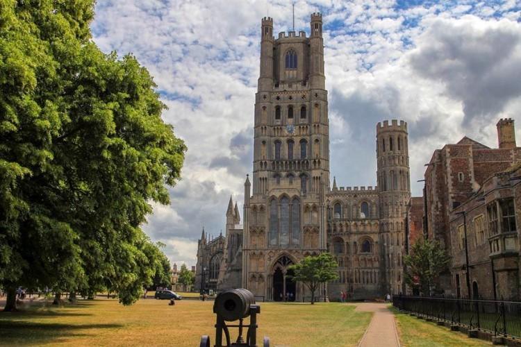 De Kathedraal van Ely in Cambridgeshire, Engeland staat plaatselijk ook wel bekend als 'the ship of the Fens' of 'het schip van de moerassen'. Het staat namelijk midden tussen het vlakke en waterrijke landschap waardoor haar vorm eens zo prominent omhoog torent. De huidige bouw startte onder koning Willem de Veroveraar in 1083. © Patricia Hofmeester