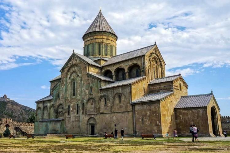 De Svetitschoveli-kathedraal staat in Mtscheta in Georgië. Hier ligt de mantel van Jezus Christus begraven. Lange tijd was de kathedraal een voorname kerk in Georgië, maar tegenwoordig is het de zetel van de aartsbisschoppen van Mtscheta en hoofdstad Tbilisi. De Svetitschoveli-kathedraal werd al gebouwd in de 4de eeuw. © Globetrotter