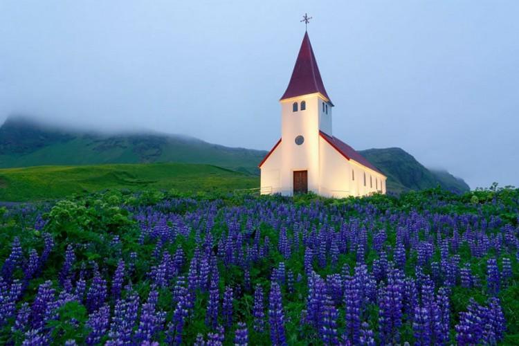 De kerk in Vík, IJsland ontvangt waarschijnlijk het laagste aantal inwoners ooit, namelijk ongeveer 280. Dat is de populatie van het meest zuidelijk gelegen plekje in IJsland, waar tevens het meeste neerslag valt. Als je niet hier bent om de kerk te bezichtigen, ga dan zeker naar de nabijgelegen Mýrdalsjökull-gletsjer, waaronder IJslands gevaarlijkste vulkaan Katla ligt te smeulen. © Stefano Di Chiara