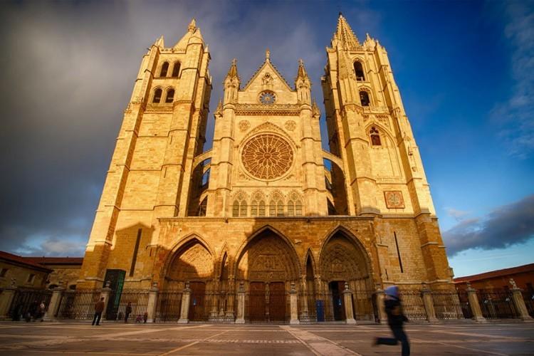 De Kathedraal van León ligt in de gelijknamige stad in het noordwesten van Spanje. De kerk werd cultureel erfgoed in 1844, mede omdat het beschouwd wordt als een van de meesterwerken van de gotische stijl in het midden van de 13de eeuw. Pas tegen het einde van de 16de eeuw was de kathedraal zo goed als voltooid. © Bienvenido Fernández Lora