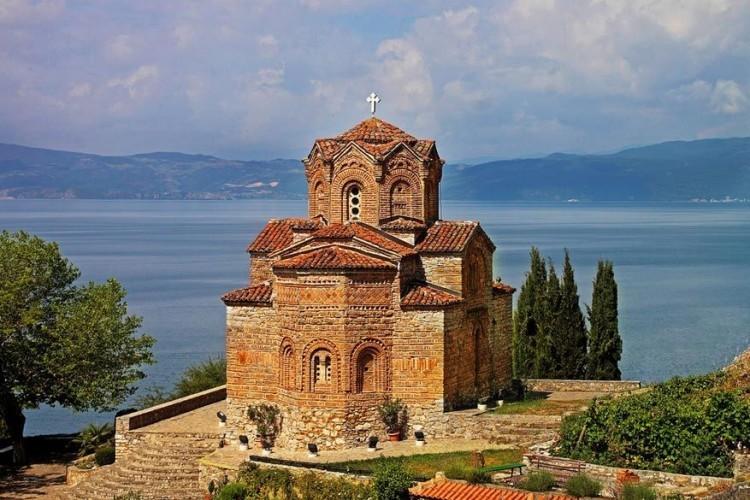 Naar verluidt zouden er 365 kerken liggen in Ohrid, Macedonië; één voor elke dag van het jaar. Geen idee of het echt waar is, maar de Church of St. John in het district Kaneo is er alvast eentje die je beslist eens moet bezoeken. Niet alleen om de charme ervan te ontdekken, maar zeker ook omwille van het uitzicht op het meer. © Luís Garcia
