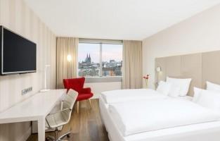 Köln Mediapark: vanuit de kamers heb je zicht op het meer in het creatieve en industriële Mediapark in Keulen, slechts 15 minuten van het bruisende stadscentrum. De decoratie zet lichte, stijlvolle tinten met een moderne feel centraal. In de badkamer vind je dan weer luxueuze marmer en een regendouche.