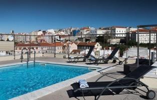 Lisboa Liberdade: gelegen in de gelijknamige Avenida da Liberdade, de elegante met bomen versierde main avenue. Je ben zowel dicht in de buurt bij luxeboetieks als Chanel en Versace, maar ook slechts een wandelingetje van het historisch centrum verwijderd. Genieten kan aan de rooftopbar compleet met zwembad op de 11de verdieping.