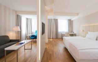 Wien Zentrum: vlak aan Europa's langste winkelstraat Mariahilferstrasse ligt dit hotel in Wenen met een uit glas opgetrokken gevel. Zeven verdiepingen telt het gebouw en je vindt er niet alleen kamers, maar ook werkruimtes en appartementjes met kitchenette.