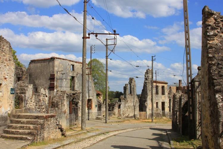 Oradour-sur-Glane, een Frans stadje dicht bij Limoges, staat in de geschiedenisboeken als de plek waar op 10 juni 1944 een bloedbad plaatsvond onder leiding van de Duitse organisatie Waffen-SS. In totaal kwamen er 190 mannen, 247 vrouwen en 205 kinderen gruwelijk om. Na de oorlog werd in de buurt een nieuw dorp gebouwd en werd Oradour-sur-Glane bewaard in zijn huidige staat als gedenkteken. © Phil Lyons