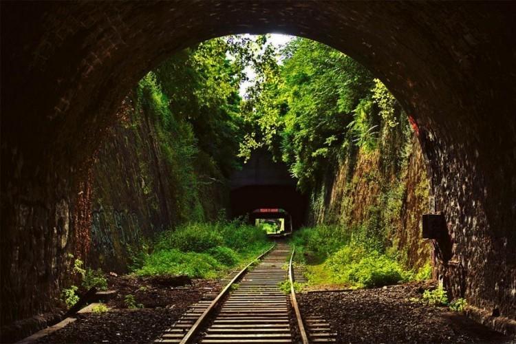 Al ooit geweten dat er een spoorweg rond Parijs ligt? Dat is de Petite Ceinture, een 32 km lange, deels verlaten en opgebroken ringspoorlijn. Gebouwd in 1852 om de Parijse terminals binnen de met muren versterkte stad te verbinden met elkaar. Het meeste van de treinverbinding is vandaag in onbruik, slechts enkele stukken zijn gerenoveerd en worden nog bereden. © Alexander J.E. Bradley