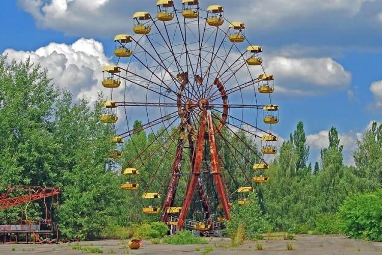 Het pretpark Pripjat in de gelijknamige stad in Oekraïne heeft geen lang bestaan gekend. De opening was voorzien op de eerste mei 1986, maar die plannen werden zwaar verstoord door de kernramp in Chernobyl op 26 april. Een dag later werd het park enkele uren geopend om de mensen in de stad te entertainen voor ook Pripjat zelf volledig geëvacueerd moest worden. Vandaag is het park, en dan vooral het reuzenrad, een symbool voor de kernramp van toen. © Ruben Solaz