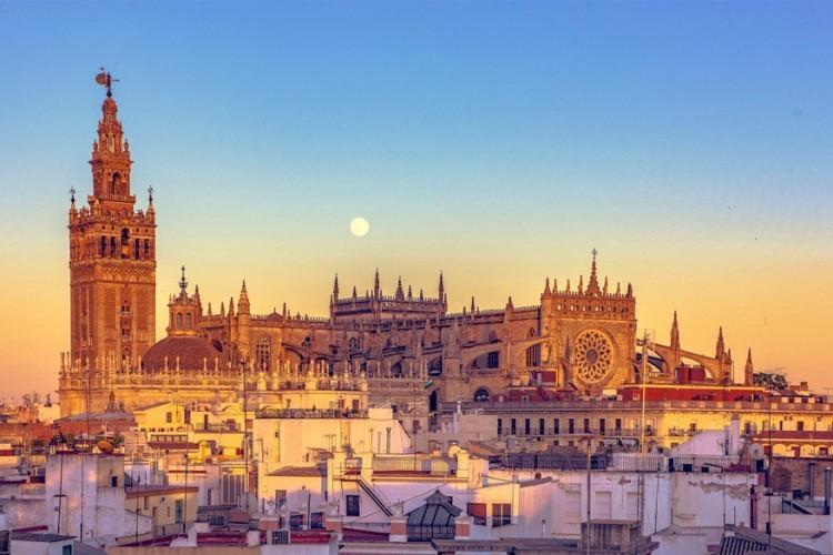 Dit is de kathedraal van Sevilla, in Spanje. Een enorm bouwwerk waar maar liefst 100 jaar aan bezig geweest is. Geen wonder dus dat de kathedraal het derde grootste kerkgebouw in Europa is, na de Sint-Pietersbasiliek in Rome en de St Paul's Cathedral in Londen, én de grootste gotische kerk ter wereld is. Weetje: wereldreiziger Columbus ligt hier begraven. © Javier Moreno Serrano