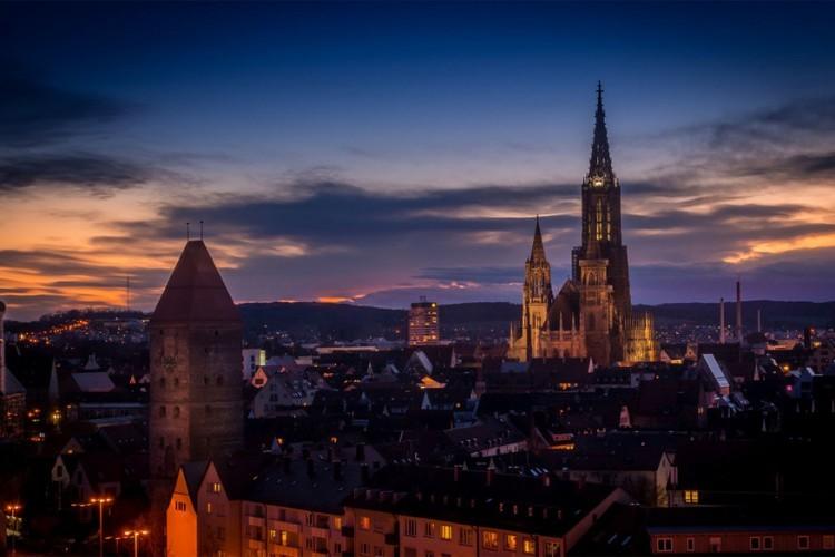 De hoogste kerktoren ter wereld vind je in Ulm, Baden-Württemberg, op het munster van Ulm. De toren heeft een hoogte van 161,53 meter en kan tot ongeveer 150 meter beklommen worden. Maar niet alleen de toren, ook het kerkgebouw heeft serieuze afmetingen. De bouw startte in de 14de eeuw naar gotische stijl. © Florian Teichmann