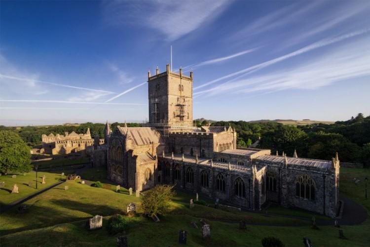 St. David's Cathedral ligt in het westen van Wales en werd als klooster opgericht in de 7de eeuw. Vanaf toen werd de kathedraal gekweld door de Vikingen, bezocht door Willem de Veroveraar en door paus Calixtus II uitgeroepen tot bedevaartsoord. Vandaag de dag zie je na alle renovaties een indrukwekkende mix van gotische en middeleeuwse stijlen. © Justus Steinfeldt