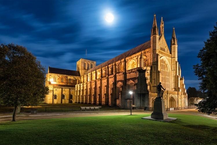 De kathedraal van Winchester is een anglicaanse bisschopskerk en een van de grootste in Engeland. De crypte, het oudste deel van de huidige kathedraal, dateert uit de 12de eeuw. Niet alleen voor de indrukwekkende bouwstijl lokt de kerk veel bezoekers. Hier ligt ook het graf van de beroemde Engelse schrijfster Jane Austen. © Adrian Błaszczyk