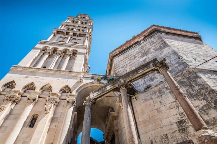 De kathedraal van St. Domnius ligt in het Kroatische Split en zie je al van ver liggen dankzij de hoge Romaanse klokkentoren met de bergen in de achtergrond. Het gebouw bevindt zich in het paleis van keizer Diocletianus en is samengesteld uit drie verschillende secties die overeenkomen met de verschillende historische periodes. © Sue Nagyová