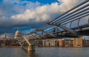 Millennium Bridge: deze voetgangersbrug komt voor in een van de openingsscènes in 'Harry Potter en de Halfbloed Prins' wanneer de Dooddoeners, aanhangers van Voldemort, ze verwoesten. © Babar Swaleheen