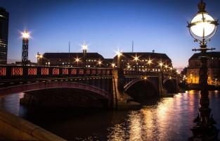Lambeth Bridge: op deze brug rijdt the Knight Bus, die gestrande tovenaars naar een nieuwe bestemming brengt, tussen twee Londense dubbeldekkers in. De scène is te zien in 'Harry Potter en de Gevangene van Azkaban'. © Tatiana Moressoni