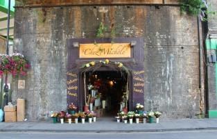 7 Stoney St (Borough Market): dit is de ingang van de Lekke Ketel in 'Harry Potter en de Gevangene van Azkaban'. In het echt is het een bloemenwinkel en maakt het deel uit van een in- en outdoor markt. © LeMasters in London