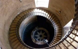 St Paul's Cathedral: de geometrische trappen vormen in de films de trappenhal naar Professor Zwamdrifts lessen voor Waarzeggerij. © Anglotopia