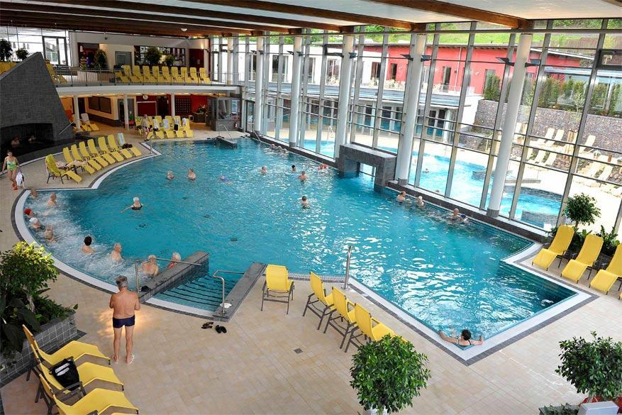 Naast verschillende therapieën en spa's beschikt het kuuroord ook over een zwembad. © Toerisme Moezel