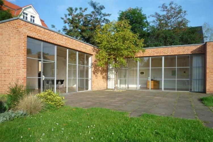 Mies van der Rohe Haus: in Weiβensee ligt de in Bauhaus ingerichte bungalow naar een ontwerp van Mies van der Rohe. De Duitse designstroming uit de jaren '20 vormt het decor van gratis interessante kunst- en fotografietentoonstellingen. © Commons Wikimedia