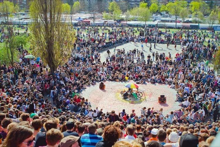 Bearpit Karaoke: in het Mauerpark loopt het oude amfitheater elke zondag helemaal vol om te luisteren naar de zangkunsten van al dan niet opkomend talent. Je kan zelf een liedje zingen of gewoon rustig genieten van de sfeer. © Simon Pokorny