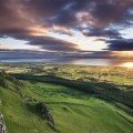 Voor pure drama is Binevenagh de plek om de picknickmand te installeren. Een korte wandeling door het bos en een stevige klim later, kom je uit op de toppen van de uit gesmolten lava gevormde steile kliffen van het schiereiland Magilligan. Op een heldere dag zie je zelfs Schotland, Lough Foyle en het graafschap Donegal liggen. © Hibernia Landscapes by Stephen Wallace