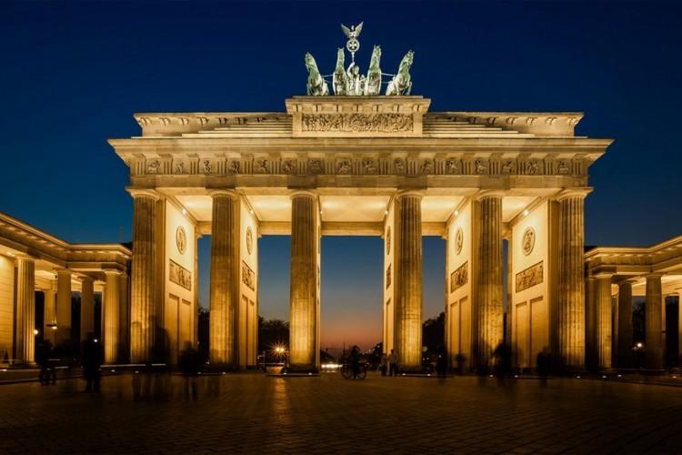 Brandenburger Tor: tijdens de Koude Oorlog werd deze 200 jaar oude monumentale poort ingesloten tussen de binnen- en buitenmuur van de Berlijnse Muur, vandaar dat ze tot voor kort hét symbool was van het verdeelde Berlijn. Tegenwoordig associeert men de Brandenburger Tor liever met de eenheid van de Duitse hoofdstad. © Thorsten Frisch