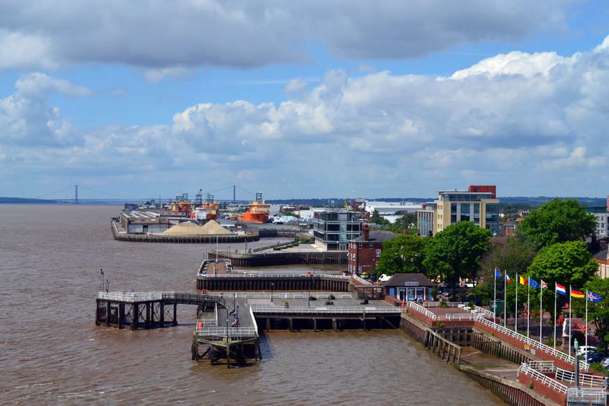 Uitzicht op het water met de Humber Bridge in de achtergrond