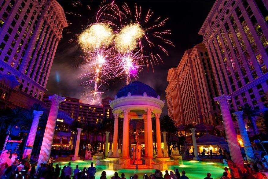 De aftrap werd gegeven met een spetterend vuurwerk. © Las Vegas Convention and Visitors Authorit
