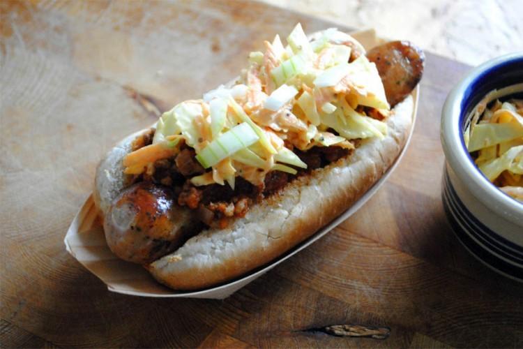 Carolina: hotdog tussen broodje met chili, gesneden ajuin en koolsla. © bimbim101