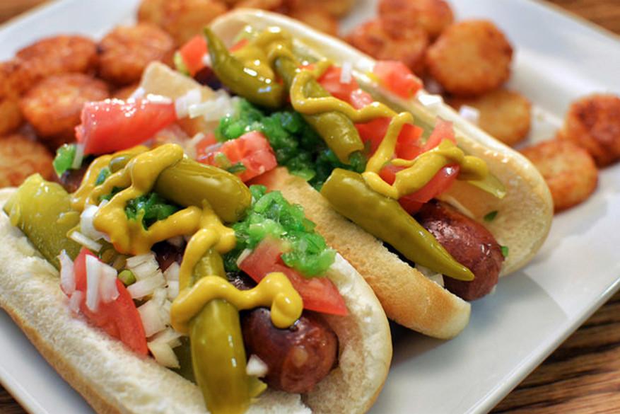 Chicago : hotdog tussen een broodje met sesamzaad, gepekelde augurken, selderijzout, tomaten, volledige gepekelde pepers, gesneden ui, groene relish en mosterd. © Jeffreyw