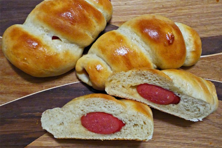 China: hotdog gebakken in een dumbling broodje en afgewerkt met sesamzaad. © Pinch of Nutmeg