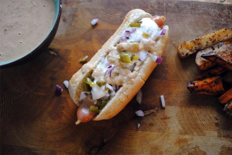 Denver: een worst tussen een broodje met gesneden rode ajuin, groene chilisaus, zure room en gesneden jalapeños. © bimbim101