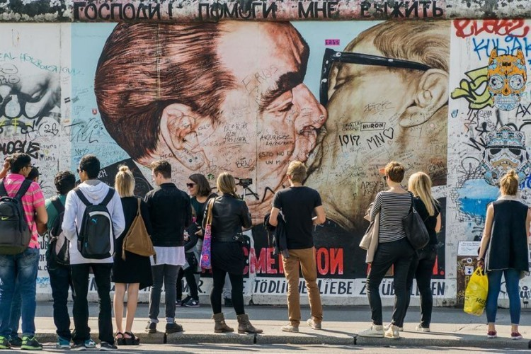 East Side Gallery: een klassieker als je naar Berlijn gaat en helemaal gratis te bekijken. Het 1.316 meter lange stuk van de Berlijnse Muur werd volledig beschilderd door meer dan 100 internationale kunstenaars na de val ervan in november 1989. De meeste tekeningen zijn niet toevallig politiek getint. © Chris Murratt