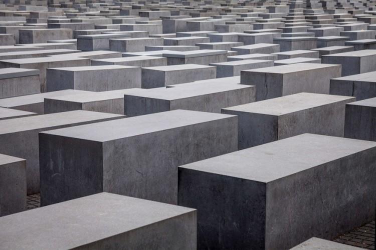 Holocaust Memorial: verdwaal tussen de 2.711 massieve betonblokken van het monument ontworpen door de Amerikaanse architect Peter Eisenman om de Jodenververolging tijdens de Tweede Wereldoorlog te herdenken. Behalve het monument is ook het museum eronder gratis te bezichtigen. © Antony Meadley