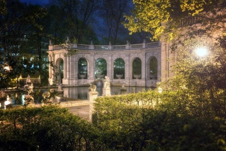 Märchenbrunnen: deze fontein in het Volkspark Friedrichshain is versierd met sculpturen uit bekende sprookjes. Neem, nu je er toch bent, de gelegenheid om het park verder te ontdekken. Onder de begroeide heuvels gaat betonpuin schuil uit de Tweede Wereldoorlog. © Marcus Klepper