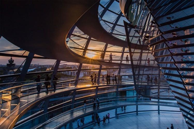 De Reichstagkoepel: de futuristische glazen koepel van de Reichstag is gratis toegankelijk. Behalve dat het een mooi panorama-uitzicht over Berlijn biedt, is de koepel met 360 spiegels een architecturaal hoogstandje. Reserveer wel op voorhand om zeker te zijn dat je binnengeraakt. © Ren_Wu