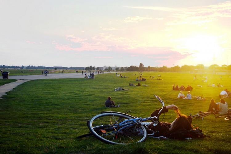 Tempelhofer Feld: dit voormalige vliegveld werd omgetoverd tot een groot park. Er wordt lustig gejogd, gewandeld, gefietst, geskatet of gevliegerd op de eindeloze landingsbanen. Een stukje vrijheid in een drukke stad! © Ahmen Emam