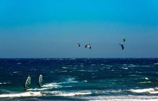 1. Ga wind- en kitesurferen El Médano is internationaal gerenommeerd bij wind- en kitesurfers. De condities zijn er perfect want de wind waait voornamelijk aan de oost- en zuidkust van het eiland.