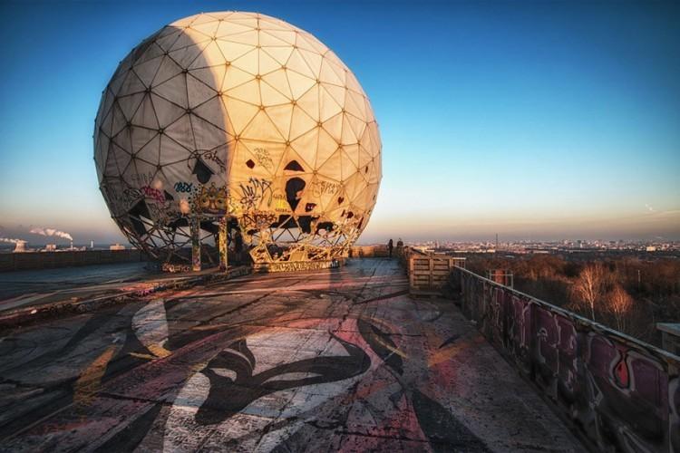 Teufelsberg: op deze 80 meter hoge heuvel in het westelijk deel van Berlijn staan grote afluisterinstallaties van de Amerikanen ten tijde van de Koude Oorlog. Na de val van de muur werd de apparatuur verwijderd, maar de gebouwen staan er nog. Rondleidingen kun je tegen betaling volgen. © Esmeralda Holman