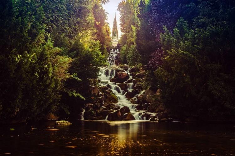 Viktoriapark: een wandeling in dit park naar de top van de Kreuzberg, de heuvel waar de wijk Kreuzberg haar naam aan te danken heeft, is helemaal gratis en trakteert je op mooie stadsuitzichten. Bovendien is het hier romantisch vertoeven want in de kleine inhammen stromen schattige watervalletjes naar beneden. © Timo