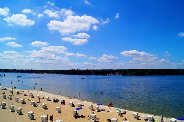 Wannsee: Berlijn beschikt over tientallen meren en fijne strandjes waar je 's zomers voor verkoeling terecht kan. Een frisse, gratis duik nemen kan in de Wannsee, maar ook in de Langer See en in de Müggelsee. © Klaus Vartzbed