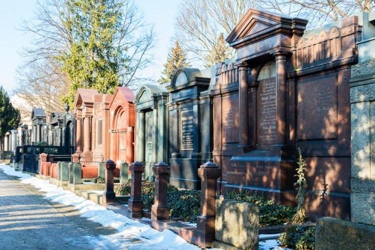 Joodse begraafsplaatsen: ooit was de Joodse gemeenschap in Berlijn groot en welvarend. Dat zie je als je hun chique begraafplaatsen in Berlijn bezoekt. Zowel die aan de Schönhauser Allee als die in Weiβensee hebben hun charme in bepaalde mate weten te behouden, ondanks de verwoestende Tweede Wereldoorlog. © Marjolein van der Kolk